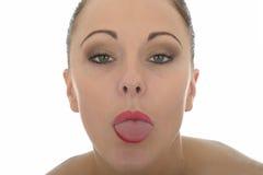 Mulher caucasiano nova insolente bonita que cola para fora sua língua L fotografia de stock royalty free