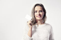 A mulher caucasiano nova mantém o cartão vazio disponivel Imagem de Stock Royalty Free