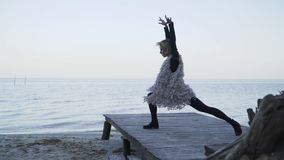 Mulher caucasiano nova na roupa ocasional que dança a dança contemporânea fora Menina flexível nas caneleiras apertadas que dança video estoque