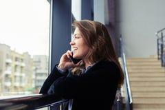 Mulher caucasiano nova que fala no telefone Fotografia de Stock