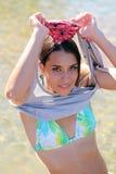 Mulher caucasiano nova que remove a camisa Imagem de Stock