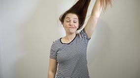 Mulher caucasiano nova surpreendida e chocada com cabelo vermelho longo video estoque