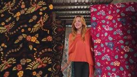 Mulher caucasiano que anda com as fileiras da tela do batik filme