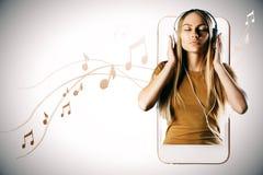 Mulher caucasiano que escuta a música imagens de stock royalty free
