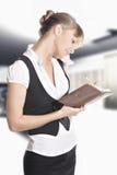 Mulher caucasiano que faz anotações no escritório Imagens de Stock Royalty Free