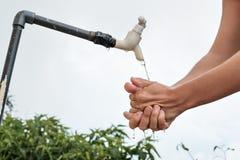 Mulher caucasiano que lava suas mãos exteriores Foto de Stock