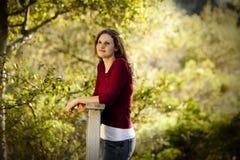 Mulher caucasiano que pensa na ponte de madeira Imagens de Stock Royalty Free