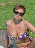 Mulher caucasiano que senta-se após nadar na associação exterior Fotografia de Stock Royalty Free