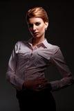 Mulher caucasiano sobre a obscuridade Imagens de Stock Royalty Free