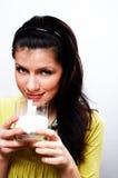 Mulher causacian bonita com vidro do leite Foto de Stock