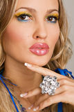Mulher Charming com jóia luxuosa fotografia de stock