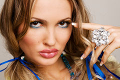 Mulher Charming com jóia luxuosa Fotos de Stock Royalty Free