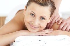 Mulher Charming que aprecia uma massagem traseira foto de stock