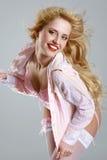 Mulher Charming que levanta no roupa interior cor-de-rosa Imagens de Stock