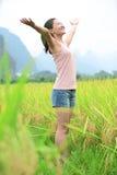 A mulher Cheering abre os braços no campo de flor do cole Imagens de Stock