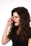 A mulher cheira algo fedido foto de stock