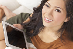 Mulher chinesa asiática bonita no computador da tabuleta Fotografia de Stock