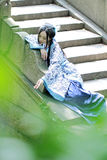 Mulher chinesa asiática no vestido azul e branco tradicional de Hanfu, jogo em um jardim famoso Imagem de Stock