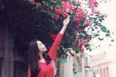 Mulher chinesa asiática nova no feriado na ilha de Gulangyu, Xiamen, China imagem de stock