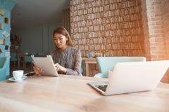 A mulher chinesa atrativa está usando o laptop imagens de stock royalty free