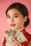 Mulher chinesa com conta de dólar do dinheiro 20 dos E.U. Fotografia de Stock Royalty Free
