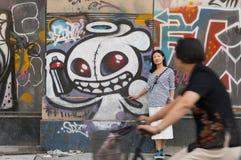 Mulher chinesa contra a parede urbana da arte fotos de stock royalty free