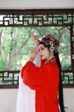 Mulher chinesa da ópera de Aisa Pequim Opera de Peking no jogo tradicional do drama do papel da noiva do traje da porcelana exter imagem de stock royalty free