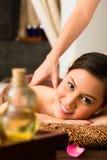 Mulher chinesa na massagem do bem-estar com óleos essenciais fotos de stock