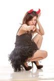Mulher chinesa nos chifres pretos do vestido e do diabo que squatting abaixo do poin foto de stock royalty free