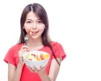 Mulher chinesa que guarda a bacia de fruto Fotos de Stock Royalty Free
