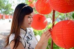 Mulher chinesa que prende a lanterna de papel vermelha Foto de Stock Royalty Free