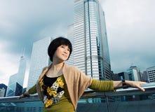 Mulher chinesa que relaxa ao ar livre Imagem de Stock Royalty Free