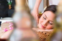 Mulher chinesa que tem a massagem do bem-estar Fotos de Stock Royalty Free