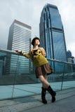 Mulher chinesa que tem o divertimento ao ar livre Imagens de Stock Royalty Free