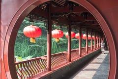 Mulher chinesa superior que anda em um corredor tradicional Imagem de Stock Royalty Free