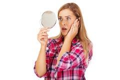 Mulher chocada que olha no espelho fotos de stock royalty free