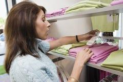 Mulher chocada que olha o preço na loja de roupa Fotografia de Stock Royalty Free