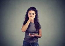 Mulher chocada que recebe más notícias no telefone foto de stock