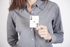 Mulher cinzenta da camisa com cartão do ás Foto de Stock