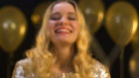 mulher clara de bengal, loura Coração-dada forma que sorri no fundo decorado, partido filme