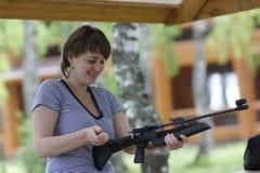A mulher cobra a pistola pneumática Fotos de Stock Royalty Free