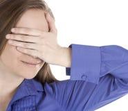 A mulher cobriu os olhos com suas mãos imagens de stock royalty free