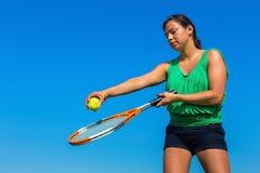 A mulher colombiana nova guarda a raquete e a bola de tênis imagens de stock royalty free