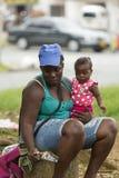 Mulher colombiana pobre e sua filha que imploram em Salento, Colomb foto de stock royalty free