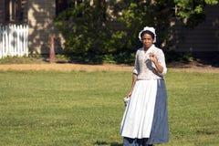 Mulher colonial com uma caneca Fotografia de Stock Royalty Free