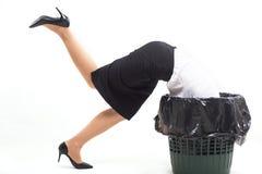 A mulher colou no escaninho de lixo com sua cabeça imagens de stock