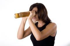 Mulher com óculos de proteção 2 da cerveja fotos de stock