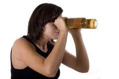 Mulher com óculos de proteção da cerveja fotografia de stock royalty free