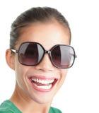 Mulher com óculos de sol grandes que sorri e que ri Fotografia de Stock