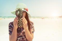 A mulher com abacaxi fresco sustenta Fotografia de Stock Royalty Free